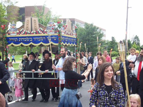 Torah Truck Photo Gallery - A Large Crowd